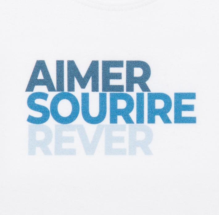 T-shirt bébé bleu zoomé sur le logo