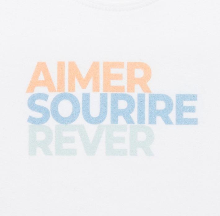 T-shirt bébé orange zoomé sur le logo