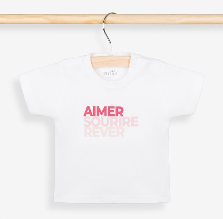 T-shirt bébé rose sur portant
