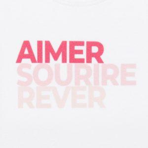 T-shirt bébé rose zoomé sur le logo