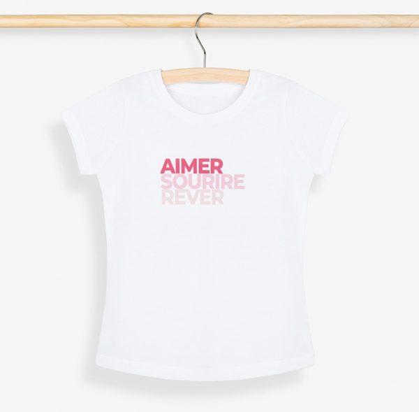 T-shirt fille rose posé sur un cintre et son portant