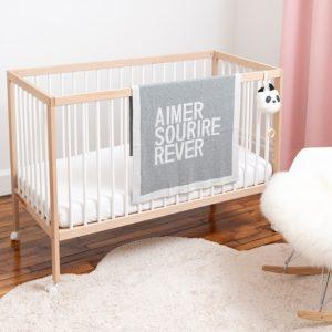 Couverture posée sur un lit bébé