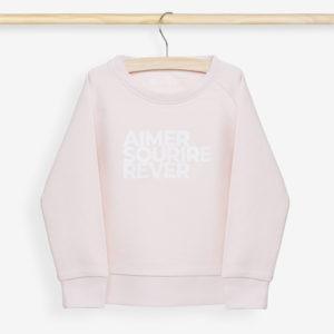 Sweatshirt enfant rose poudrée sur cintre