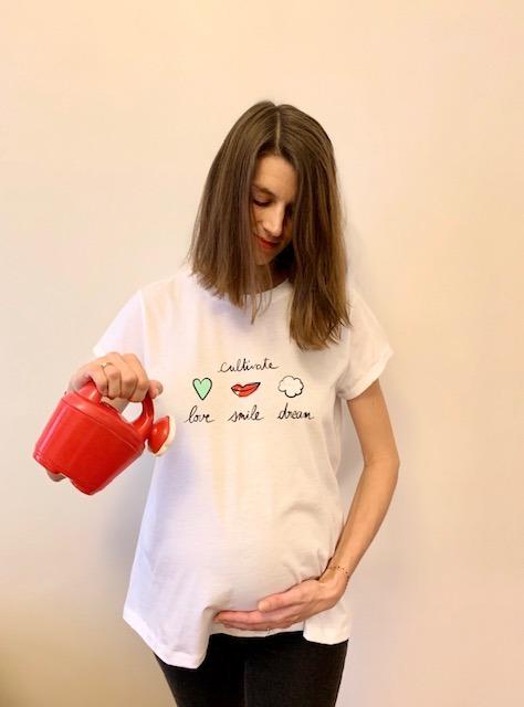 T-shirt cultivate love smile dream porté avec arrosoir 2