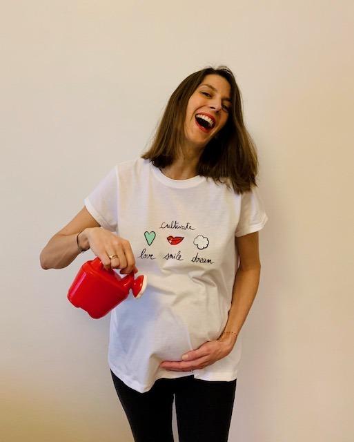 T-shirt cultivate love smile dream porté avec arrosoir couleurs 2